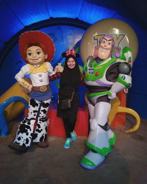 Jessie Buzz 💟.#toystory #jessie #buzzlightyear #disneyland #disneylandhk #discoverhongkong #hongkongtrip #explorehk #traveldiary #letsgosomewhere  #aroundtheworld #MCjalanjajan #MChongkongtrip #fashion #ootd #travel #clozetteid