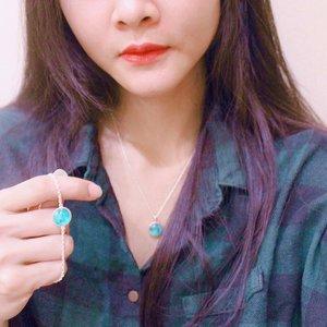 Hai guys! 😄😄😄aku baru aja dapat kalung dan gelang keren banget.  Ini @wingbling_korea Glow Moon Necklace/ Bracelet. Ada 2 varian warna; blue dan white. Aku pilih warna blue 👐🏻 . Btw, pendant dari kalung dan gelang ini terbuat dari 100% pure silver jewel ( silver 925) / silver plated ( bisa pilih salah 1), brass, glass, synthetic resin, etc. . Kerennya pendantnya bisa glow in the dark 🙀🙀🙀🙀🙀. Dan terang banget . . 🙀🙀🙀🙀🙀 . Oh ya aku dapetin kalung dan gelang ini di @hicharis_official dan kalian juga bisa dapetin barangnya di charis. . Klik link 👇🏻👇🏻 . https://hicharis.net/desiamalialim/bzN . @charis_celeb @hicharis_official @wingbling_korea @wingbling_style @wingbling_global #charis #charisceleb #wingbling #wingblingglowmoon #glowmoon #glowmoonnecklace #glowmoonbracelet #glowinthedark #glowinthedarknecklace #glowinthedarkbracelet #clozetteid @clozetteid