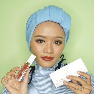 Hallo semuanya, jadi seperti yang aku bilang sebelumnya kalau @sariayu_mt 2018 ini mengusung tema ibu kota Jakarta....Adapun produk-produknya adalah :• 2 Eyeshadow Kit• 7 Matte Metallic Lipstik• 7 Matte Lipscream...Btw link review tentang produk yang lagi aku pegang ini udah up di blog aku loh. Intip dan kepoin yuk di link ➡️ http://www.svnnyms.com/2018/07/beauty-review-colorful-makeuplook_18.html...@beautiesquad #beautiesquad #beautiesquadreview #beautiesquadxsariayu #beautyploration #SariayuColorTrend2018 #RollYourNatural #clozetteid