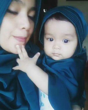 Dah bisaaa bumerang km yaa nak😂😂Makasi uwo @azneldewi Hijabnyaa cantik bgt..umma sm kayla sukaaa😍😍😍Ini Perdana punya hijab kembaran😘😘😘 #azkadinakaylainsani #hijabstyle #cucuuwo #clozetteid #happyday #alhamdulillah