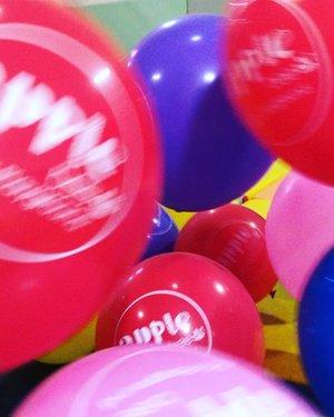 Balonku ada banyaak..Rupa rupa warnanya..Merah kuning kelabu hijau merah muda biru 😂Eits jgn auto nyanyi yaa 😁😍 #azkadinakaylainsani #balonku#happyday#clozetteid