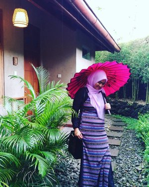 Sesekali menunduklah untuk bersyukur, dengan menundukkan kepala kita melihat tanah dimana kaki berpijak. . . .  Asri banget berada di @omkararesort #omkararesortbacktonature dan menanti bisa #staycation . . . .  Www.tamasyaku.com . .  Pict by panda @eltonsatrianto #zenfone3ID #builtforphotography #GaAdaMatinya  #clozetteID #OOTD #lifestyleblogger #blogger #traveler #rains #rainy #umbrella #payung #tradisional #wisatajogja #wisatasleman #kaliurang #villa