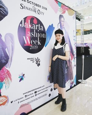 Last day of Jakarta Fashion Week 2019 (@jfwofficial) #throwback to @royal_layor_official fashion show last Sunday, great collection mucho love 🙈💕 • • • #ootdmagazine @ootdmagazine #looksootd @looksmagazine #ootdindo @ootdindo #cgstreetstyle @cosmogirl_ind #ggrep #ggrepstyle @gogirlmagz #wearetothe9s @wearetothe9s  #fashionpost #ootd #fashioninfluencer #vlogger #minimalism #clozetteid #패션 #fashion #instafashion #fashionblogger #instaootd #fashionpeople #blogger #패션모델 #블로거 #스트리트스타일 #스트리트패션 #스트릿패션 #스트릿룩 #스트릿스타일 #패션블로거