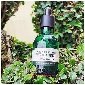 Hello Beauties... . Salah satu produk skin care routine yang paling aku suka 😍 @thebodyshopindo Tea Tree Daily Solution. Untuk review lengkapnya sudah hadir di www.savitrihutapea.com ( link on bio ) . #savitrihutapeareview #savitrihutapeablog #beautyrevolutionbysavitrihutapea #clozetteid #beauty #beautybloggerindonesia #bblogger #skincare #skincareroutine #thebodyshop #tbs #teatreeoil #teatree #thebodyshopteatree #faceserum #acneskincare #oilyskincare