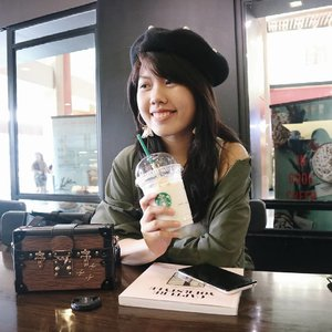 Trying out some new holiday drinks from @starbucksindonesia 🙌💕. If you can't drink coffee like me, you can choose the ice blended option for your drinks 😆. This one is vanilla nougat latte in ice. �...#starbucks#holidaydrink #coffeeshop #restaurant #coffeeshopjakarta #café#wiw #whatiwear #outfitoftheday #lookoftheday#handsinframe #currentmood  #instalook  #fashion  #style #blogger #fashions #clozette #clozetteid