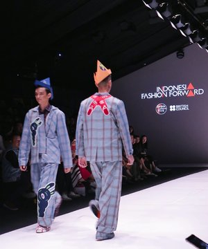 "Another blogpost about #JFW2019 are up ! This time i write about @danjyohiyoji X @muklay collection titled ""Versed"" styled by Japanese Designer and Stylist Makoto Washizu. It was a really fun show, definitely scream ""Danjyo Hiyoji"" all over. It was unique and a bit mischievous. See my full post through link on my bio ✨. . . . #ElvinaBlogsJFW #iblogjfw #jfwofficialblogger #weareJFW #JakartaFashionWeek"