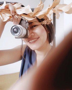 #virtualphotography jadi pengisi waktu saat bulan puasa ini dan #dirumahaja. Yaaah begini lah bbrp hasilnya hehehe - Ternyata tuh motoin orang menyenangkan juga. Dari dulu gue cuma bisa mengarahkan gaya orang lain, jadi stylist waktu kerja di majalah, nah itu sih yg bikin gue juga bisa gaya depan kamera. Karena kebiasaan cari gaya baru buat para model hahaha. Terus skr fotoin orang ih happy ternyata 🤗 Ada yang mau difotoin lagi? ;) - #Virtualphotoshoot #ClozetteID #virtualphotographer
