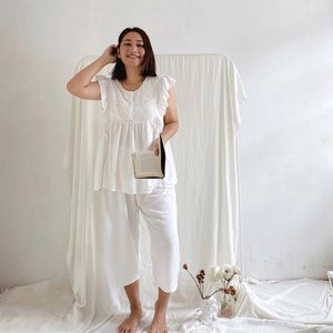 Sleeping beauty wearing pretty embroidery pajamas in white @larosa.id.sleepwear 🤍 Btw, ada yg suka tidur pakai baju2 cantik dan gemes kayak gue gak? Happy aja gitu bawaannya haha! - #CellisWearing  #ClozetteID