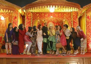 #Auzolaichieverafter Raja san Ratu Sehari ... Gak afdol kalau gak mgucapin di Instagram , Happy Wedding Princess @auzola and Ichi 👫. #Moment dimana , team EO nya udah manggil2 ... KEPADA TEMAN2 dari SEPHORA BLOGGER diharap berkumpul , untuk sesi foto dengan mempelai pengantin. Dan udah di panggil-panggil sebanyak 10 kali 😂😂 ( gue ampe ngitung loh shayy ). Gak ngumpul2. Dan ngumpul semua ketikaaa gue , kak @roosvansiaaa diatas panggung. Baru yg lainnya naik ke panggung 😑😅.... HAPPY WEDDING ONE AGAIN OLA and Ichi 👫. . . . . . . . . #TeamBloggerIndonesia #BloggerIndonesia #SephoraidnInfluecerIndonesia #Auzolaichieverafter #trowback #Weddingday #Wedding #AdatAceh #ClozetteID