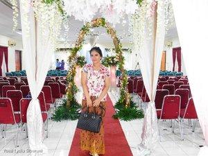 Melayani di Pemberkatan Pernikahan Kak Triana dan Bang Amos 💐.-Photo by @yuliusharyanto. #InspirasiKebaya #KebayaModern #BatikIndonesia #Kutubaru #ClozetteID