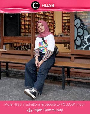 Terinsprasi dengan penampilan ala tahun 90-an yang terkesan simpel dan tetap edgy? Coba tiru Clozetter @tillagftr dengan oversized t-shirt, black jeans, dan sepasang sneakers hi-top yang timeless! Simak inspirasi gaya Hijab dari para Clozetters hari ini di Hijab Community. Yuk, share juga gaya hijab andalan kamu.