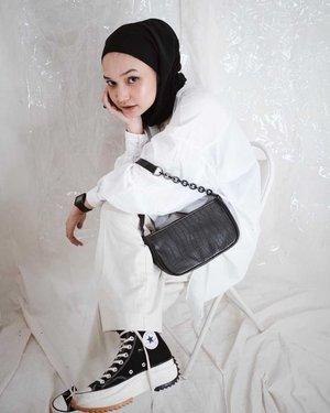 Tampil Maksimal dengan Inspirasi Outfit Bernuansa Black and White dari Para Selebgram