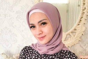 Rayakan Pernikahan, Gaya Hijab Midi Skirt Donita Bikin Awet Muda
