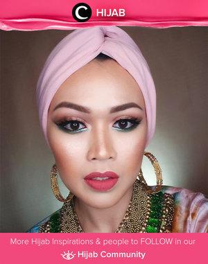 Bermain dengan warna eyeshadow hijau emerald dan pink ternyata dapat membuat makeup terlihat glamor. Yuk, cobain juga! Simak inspirasi gaya Hijab dari para Clozetters hari ini di Hijab Community. Image shared by Clozetter: @karinamendy. Yuk, share juga gaya hijab andalan kamu