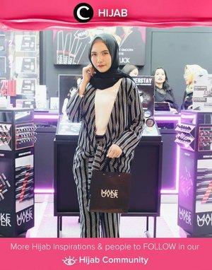 Tampil modern dengan striped blazer set. Selain cocok untuk ke kantor, outfit seperti ini juga bisa kamu pakai untuk acara formal ataupun weekend bersama teman. Simak inspirasi gaya Hijab dari para Clozetters hari ini di Hijab Community. Image shared by Clozetter : @SuliantiIndahSari. Yuk, share juga gaya hijab andalan kamu.
