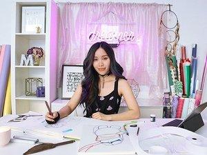 YouTube beauty guru Michelle Phan memang tidak pernah berhenti mengeluarkan karya baru. Setelah sukses dengan brand makeup EM, sekarang Michelle mengeluarkan seri komik digital dengan judul Helios:Femina yang sudah bisa kita baca di webtoons sejak 18 Maret 2016 lalu.#ClozetteIDPhoto from people.com.