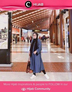 Tunik panjang, legging dan sneakers bisa jadi opsi pakaian yang nyaman untuk traveling. Simak inspirasi gaya Hijab dari para Clozetters hari ini di Hijab Community. Image shared by Clozetter @Ellynurul. Yuk, share juga gaya hijab andalan kamu.