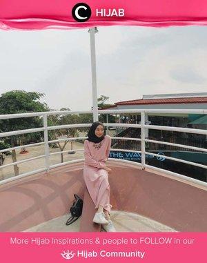 Bersantai saat weekend harus tetap stylish juga dong! Yuk, tiru gaya Clozetter @zainabsaly dengan long dress berwarna dusty pink dan sneakers putihnya. Simak inspirasi gaya Hijab dari para Clozetters hari ini di Hijab Community. Yuk, share juga gaya hijab andalan kamu.