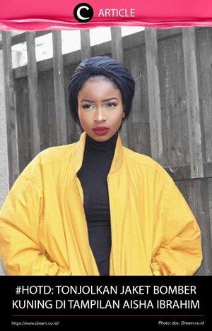 Steal the style dari hijaber berdarah London-Nigeria, Aisha Ibrahim. Hijaber berkulit gelap ini berani memilih bomber kuning sebagai fashion statement-nya. Memadukan hijab turban, kaus, celana legging, dan boots hitamnya, Aisha sengaja menonjolkan jaket bomber andalannya. Lihat inspirasinya di http://bit.ly/2pCkZeK. Simak juga artikel menarik lainnya di Article Section pada Clozette App.