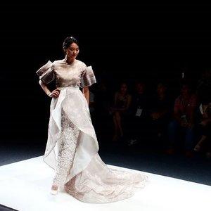 Lain halnya dengan @barliasmara, koleksinya kali ini banyak bermain dengan tekstur bunga mawar dan aksen fringe dalam balutan warna beige dan putih yang juga mencerminkan tema Dynamic Bliss.  #ClozetteID  #JakartaFashionWeek2016 #JakartaFashionWeek #JFW2016 #wardah #BarliAsmara