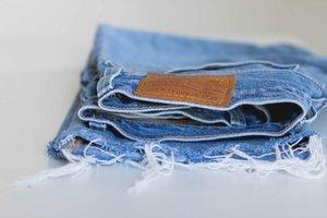 DIY Distressed Jeans yang Bisa Kamu Coba!