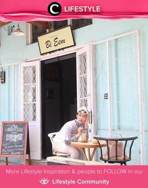 Pecinta cerita Dilan dan Milea pasti tau Warung Bi Eem yang jadi tempat bersejarah ini. Ternyata, warung ini merupakan kedai kopi bernama Coffeelense Brew yang memang berkonsep sederhana. Image shared by Clozette Ambassador @rimasuwarjono. Simak Lifestyle Updates ala clozetters lainnya hari ini di Lifestyle Community. Yuk, share juga momen favoritmu.