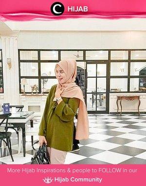 Clozetter @ran_i_lovato pairs her green blouse with cream hijab, perfect for an out-of-office meeting look. Simak inspirasi gaya Hijab dari para Clozetters hari ini di Hijab Community. Yuk, share juga gaya hijab andalan kamu.