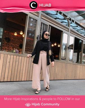 Clozetter @nabilaaz memadupadankan dua warna basic, hitam dan nude, untuk look yang terkesan chic dan modern! Simak inspirasi gaya Hijab dari para Clozetters hari ini di Hijab Community. Yuk, share juga gaya hijab andalan kamu.