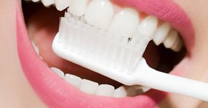 Should we all be 'dry brushing' our teeth for cleaner mouths and a dazzling smile?
