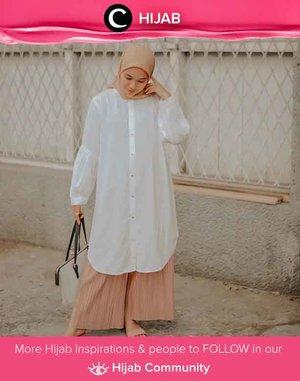 In the mood for simple yet elegant look? Kenakan tunik putihmu lalu padukan dengan culotte pants dan hijab berwarna senada. Image shared by Clozetter @febrihikaru. Simak inspirasi gaya Hijab dari para Clozetters hari ini di Hijab Community. Yuk, share juga gaya hijab andalan kamu.