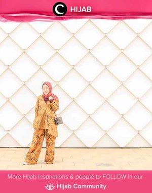 Clozetter @fillyawie berpose di depan Encore Melaka Theater dengan set batik berwarna cokelat yang cantik. Simak inspirasi gaya Hijab dari para Clozetters hari ini di Hijab Community. Yuk, share juga gaya hijab andalan kamu.