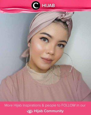 Gunakan scarf berbahan silk untuk tampilan turban yang lebih formal. Simak inspirasi gaya Hijab dari para Clozetters hari ini di Hijab Community. Image shared by Clozetter @lylasabine. Yuk, share juga gaya hijab andalan kamu.