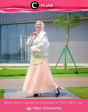 Tampil feminin dengan jacket ala Clozetter @novitania, yuk. Simak inspirasi gaya Hijab dari para Clozetters hari ini di Hijab Community. Yuk, share juga gaya hijab andalan kamu.