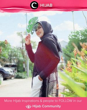 Clozetter @Novitania shows her edgy look in black and white outfit. Simak inspirasi gaya Hijab dari para Clozetters hari ini di Hijab Community. Yuk, share juga gaya hijab andalan kamu.