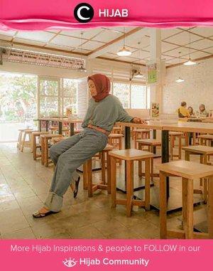 Jika bekerja di kantor yang memperbolehkanmu berpakaian kasual setiap hari, kamu bisa contek outfit Clozetter @antyrudithanta untuk memulai minggumu dengan nyaman. Simak inspirasi gaya Hijab dari para Clozetters hari ini di Hijab Community. Yuk, share juga gaya hijab andalan kamu.