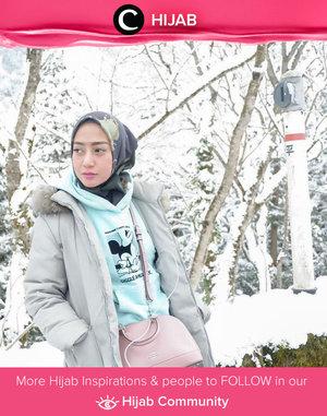 Walaupun musim dingin identik dengan warna monokrom, kamu bisa tetap tampil ceria dengan menyelipkan hoodie dan tas berwarna pastel seperti Clozetter @she_wian. Simak inspirasi gaya Hijab dari para Clozetters hari ini di Hijab Community. Yuk, share juga gaya hijab andalan kamu.