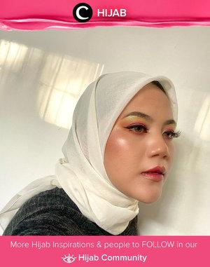 Mengimbangi riasan mata yang playful, Clozette Ambassador @vannysariz memilih hijab putih yang netral. Simak inspirasi gaya Hijab dari para Clozetters hari ini di Hijab Community. Yuk, share juga gaya hijab andalan kamu.