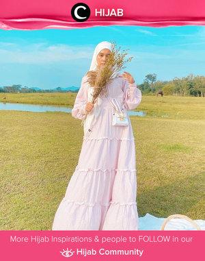 Clozetter @mellarisya channeling her cottagecore aesthetic with vintage dress and some greeneries. Simak inspirasi gaya Hijab dari para Clozetters hari ini di Hijab Community. Yuk, share juga gaya hijab andalan kamu.