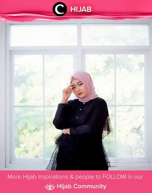 Dress hitam memang selalu cocok dipadupadan dengan berbagai warna hijab. Kalau kamu, apa warna andalan yang sering kamu kombinasikan dengan dress hitam, Clozetters? Image shared by Clozetter @novitania. Simak inspirasi gaya Hijab dari para Clozetters hari ini di Hijab Community. Yuk, share juga gaya hijab andalan kamu.