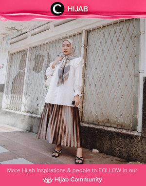 Bagi kamu yang ingin tampil elegan, bisa coba padupadan blouse putih dengan pleated skirt berbahan velvet seperti Clozetter @nabilaaz ini. Simak inspirasi gaya Hijab dari para Clozetters hari ini di Hijab Community. Yuk, share juga gaya hijab andalan kamu.