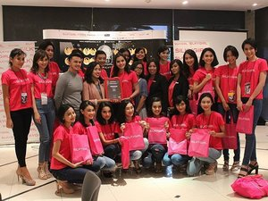 The end of the Beauty Class with @silkygirl_id dan @iwwanharoun. Look! Big smiles from every contestant of the Wajah Femina @feminamagazine Finalists. They got balerina makeup look by themselves. #ClozetteID #feminamagz #femina #beautyclass #beauty #makeup #silkygirl