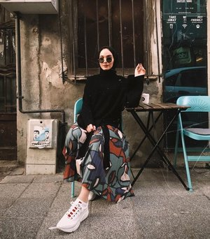 Chic Hijab Outfit Ideas With Pattern Skirt - Hijab-style.com