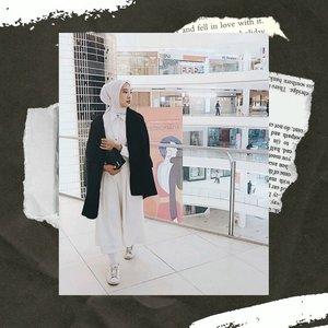 Perpaduan warna hitam dan putih selalu dijadikan andalan oleh banyak orang, salah satunya oleh Clozetter @prapancadf. Intip video di atas untuk melihat bagaimana Clozetter @prapancadf memadupadankan outfit hitam putihnya agar tidak membosankan! #ClozetteID #ClozetteIDVideo . 📷 @prapancadf