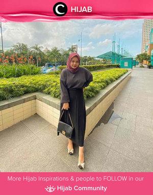 Clozetter @rizkylestari in shades of black. Simak inspirasi gaya Hijab dari para Clozetters hari ini di Hijab Community. Yuk, share juga gaya hijab andalan kamu.