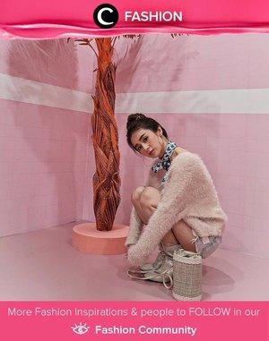 Clozette Ambassador @silviamuryadi terlihat chic dengan sweater, scarf, dan sepasang boots metalik! Simak Fashion Update ala clozetters lainnya hari ini di Fashion Community. Yuk, share outfit favorit kamu bersama Clozette.
