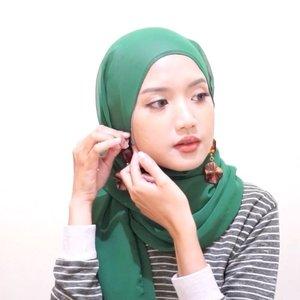 Siapa bilang berhijab menghalangi kamu buat memakai dan mengoleksi anting-anting lucu? Di video kali ini, ClozetteCrew @dillafdiah ngasih tutorial hijab yang cocok dipadupadanin sama anting-anting lucu. Yuk, tonton! #ClozetteID #ClozetteIDVideo