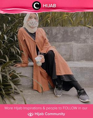 Clozette Ambassador @vannysariz was all covered in oversized shirt, beige hijab, and of course a matching mask. Simak inspirasi gaya Hijab dari para Clozetters hari ini di Hijab Community. Yuk, share juga gaya hijab andalan kamu.