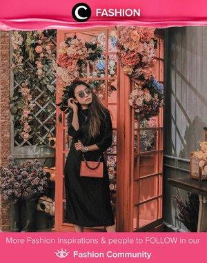 Pastikan kamu memiliki dress hitam berpotongan sederhana seperti yang sedang dipakai oleh Clozette Ambassador @devolyp ini. Tak hanya bisa kamu gunakan untuk bekerja dan bersantai, dress ini juga cocok kamu pakai untuk menghadiri acara formal. Simak Fashion Update ala clozetters lainnya hari ini di Fashion Community. Yuk, share outfit favorit kamu bersama Clozette.