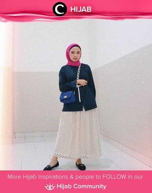 """Play with colors like Star Clozetter @putmaharani! Tampilan vintage dengan motif dan warna yang klasik menjadi lebih """"hidup"""" dengan warna shocking pink pada hijab dan electric blue pada sling bag-nya. Simak inspirasi gaya Hijab dari para Clozetters hari ini di Hijab Community. Yuk, share juga gaya hijab andalan kamu."""