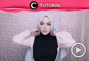 Hijab wedding ala perempuan Syria yang menutupi dada cocok untuk kamu yang ingin tetap terlihat syar'i ketika menikah. Lihat tutorial memakainya di: http://bit.ly/2HB2QtM. Video ini di-share kembali oleh Clozetter @dintjess. Lihat juga tutorial lainnya di Tutorial Section.